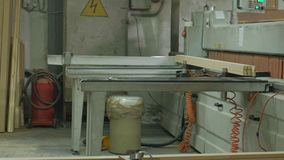 En man sågar trädörrmellanrum på maskinen, produktionen av byinredörrar lager videofilmer