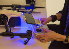 En man samlar quadcopter Royaltyfria Foton