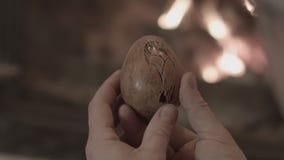 En man ser en träprodukt lager videofilmer