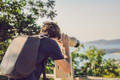 En man ser i Mynt-fungeringskikare på havet royaltyfri bild