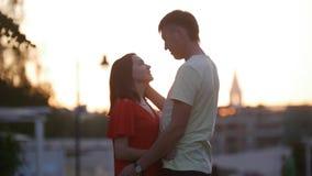 En man ser lovingly en kvinna, honom som slår försiktigt hennes huvud arkivfoto