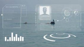 En man simmar på ett blått hav med en snorkel och en maskering HUD Begreppet av konstgjord intelligens och den biometric ansiktsb lager videofilmer