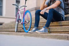 En man sitter på ett moment med den enkla hastighetscykeln på bakgrund Arkivfoton