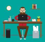En man sitter på skrivbordet Fotografering för Bildbyråer