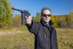 En man skjuter ett vapen Mauser Royaltyfria Bilder