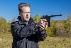 En man skjuter ett vapen Mauser Arkivfoton