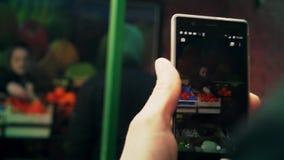 En man skjuter längd i fot räknat på mobil lager videofilmer