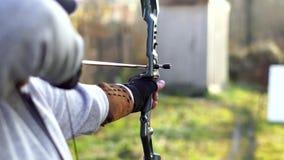 En man skjuter en pilbåge stock video