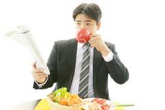 En man som äter mat arkivfoton