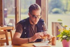 En man som äter en strikt vegetarianhamburgare royaltyfri bild