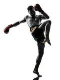 En man som övar den thai boxningkonturn Arkivbilder