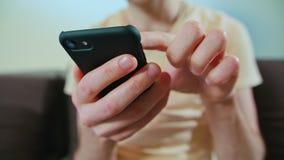 En man som använder en mobiltelefon royaltyfria foton