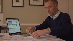 en man som arbetar på hans skatter stock video
