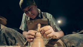 En man som arbetar på en krukmakeri, nedersta sikt stock video