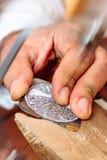 En man som arbetar en pice av smycken royaltyfria foton