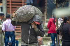 En man som att bry sig en säck av potatisar royaltyfria bilder