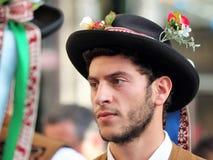 En man som bär dräkten av Pauliteirosen de Miranda, gör Douro arkivbild