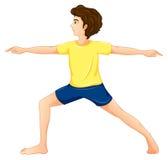 En man som bär en gul tshirt som utför yoga Arkivfoto