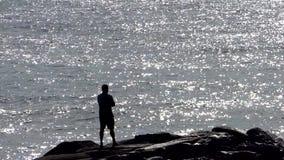 En man som beskådar det stora havet arkivfilmer