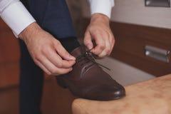 En man som binder skosnöre Royaltyfri Foto