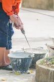 En man som blandar betongen Royaltyfria Foton