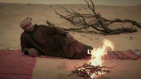 En man som campar i den sahara öknen stock video