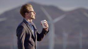 En man som dricker kaffe på naturen arkivfilmer