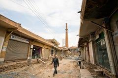 En man som går till och med den tomma gatan i basarområde Arkivfoto
