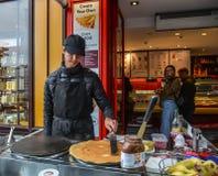 En man som gör kräpp på gatan i Paris royaltyfri foto