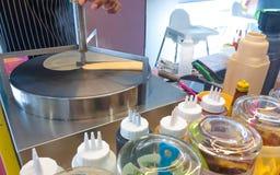 En man som gör pannkakan i efterrättlager royaltyfri foto