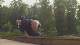En man som gör yoga, övar i parkera lager videofilmer