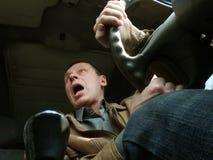 En man som kör en bil Fotografering för Bildbyråer