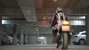 En man som kör sportmotorcykeln lager videofilmer