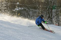 En man som ner skidar, skidar lutningen Royaltyfri Foto