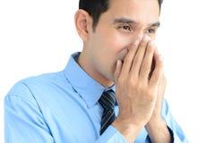 En man som nyser utan ett silkespapper eller en torkduk som kan fördela sjukdomen Fotografering för Bildbyråer