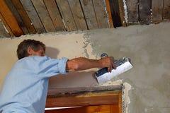 En man som rappar en vägg arkivfoto