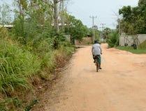 En man som rider en cykel på Sri Lanka Arkivbild