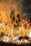 En man som rider hans hästbanhoppningthroug branden Royaltyfri Foto