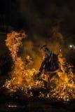 En man som rider hans hästbanhoppningthroug branden Fotografering för Bildbyråer