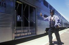 En man som riktar trafik på Caltrain, Cupertino, Kalifornien Royaltyfri Fotografi