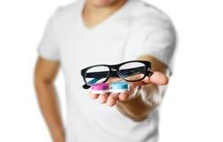 En man som rymmer linser för ögonexponeringsglas close upp Isolerat på whit fotografering för bildbyråer