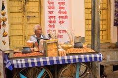 En man som säljer jordnötter i hans, shoppar Arkivfoton
