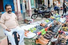 En man som säljer skor Fotografering för Bildbyråer