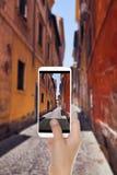 En man som skjuter ett foto av den smala italienska gatan i Rome fotografering för bildbyråer