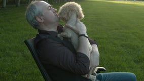 En man som slår en hund arkivfilmer