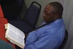 En man som studerar ordet av guden arkivbilder