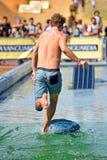 En man som surfar i en pöl på extrema sportar Barcelona för LKXA, spelar Royaltyfri Fotografi