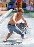 En man som surfar i en pöl på extrema sportar Barcelona för LKXA, spelar Fotografering för Bildbyråer