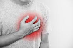 En man som trycker på hans hjärta, med röd viktig av hjärtinfarkt, hjärtafel och andra hjärtsjukdom royaltyfria foton