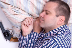 En man sover med ett vapen Royaltyfria Foton
